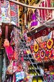 Teppiche und Taschen für Verkauf im großartigen Basar in Istanbul Lizenzfreie Stockfotografie