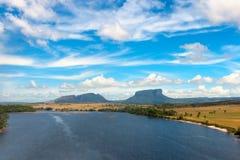 Tepui och Carrao flod Royaltyfri Fotografi