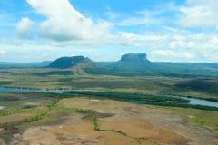 Tepui och Carrao flod Arkivfoto