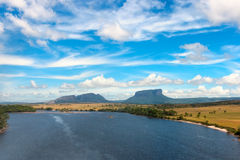 Tepui und Carrao Fluss Lizenzfreie Stockfotografie