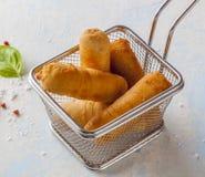 Tequenos a fait du maïs frit rempli du fromage photo stock