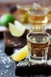 Tequila χρυσό το άλας ασβέστη και θάλασσας που διακοσμείται με με το βατόμουρο Στοκ Φωτογραφίες