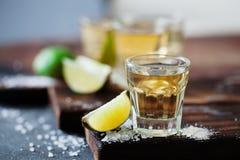 Tequila χρυσό το άλας ασβέστη και θάλασσας που διακοσμείται με με το βατόμουρο Στοκ φωτογραφίες με δικαίωμα ελεύθερης χρήσης