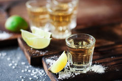 Tequila χρυσό το άλας ασβέστη και θάλασσας που διακοσμείται με με το βατόμουρο Στοκ Εικόνα