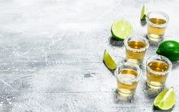 Tequila avec des cales de chaux images libres de droits