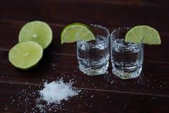 Tequila con la cal y la sal en el tiro Imagen de archivo libre de regalías