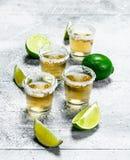 Tequila con las cuñas de la cal imagen de archivo