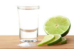 Tequila de Blanc avec la limette et le sel Image stock