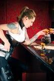 Tequila de consumición de la muchacha en la barra Foto de archivo libre de regalías