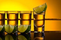 Tequila del oro con la cal imagenes de archivo