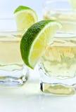 Tequila del oro con la cal fotos de archivo libres de regalías