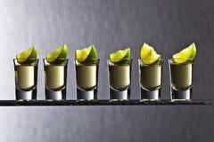 Tequila dell'oro con calce fotografie stock