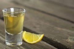Tequila die met citroen is ontsproten Stock Foto's