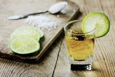 Tequila disparado com cal e sal Imagem de Stock