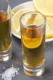 Tequila in een ontsproten glas Stock Foto's