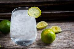 Tequila, GENIÈVRE, vodka dans un verre avec de la glace, chaux, une barre de cocktail image stock