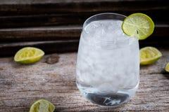 Tequila, GENIÈVRE, vodka dans un verre avec de la glace, chaux, une barre de cocktail photographie stock libre de droits