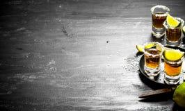 Tequila med salt och limefrukt fotografering för bildbyråer