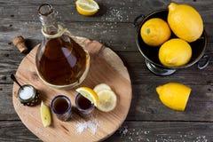 Tequila mit einer Zitrone und einem Salz Lizenzfreies Stockfoto