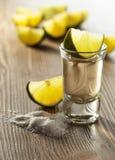 Tequila mit Salz und Kalk Stockbild