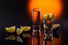 Tequila no fundo reflexivo preto Fotos de Stock Royalty Free