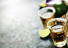 Tequila-Schüsse mit Kalk und Salz lizenzfreie stockfotos