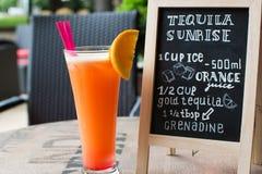 Tequila-Sonnenaufgang-Kreidebeschriftung Cocktail und Rezept auf der Tafel Stockfotografie