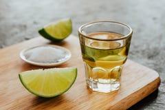 Tequila strzał, meksykańscy Alkoholiczni silni napoje i kawałki wapno z solą w Mexico, Zdjęcie Stock