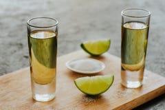 Tequila strzał, meksykańscy Alkoholiczni silni napoje i kawałki wapno z solą w Mexico, Obraz Stock