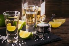 Tequila strzał z wapnem i morze solą obraz stock