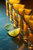 Tequila und Kalk auf einer Glastabelle Stockfotografie