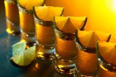 Tequila und Kalk auf einer Glastabelle Lizenzfreie Stockbilder