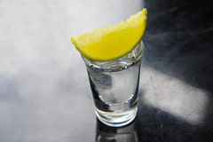 Tequila w strzału szkle z wapnem Zdjęcie Royalty Free