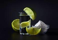 Tequila y cal del oro foto de archivo
