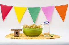 Tequila y guacamole para la celebración de Cinco de Mayo foto de archivo