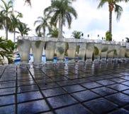 Tequiladrinkar uppställda på utomhus- stång Royaltyfri Foto