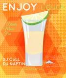 Tequilaen sköt coctailen med skivan av limefrukt och saltar på orange hexa Arkivbild