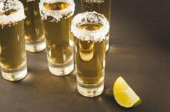 Tequilaschoten met van het kalkfruit en zout/Tequila-schoten met kalkfruit en zout Copyspace stock afbeeldingen
