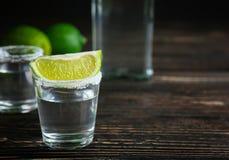 Tequilaskottet med limefruktskivan och saltar Fotografering för Bildbyråer