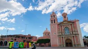 Tequisquiapan, Meksyk, 22 03 2018: widok Santa Maria katedra w śródmieściu i znak TEQUIS obok go Timelapse strzał zbiory