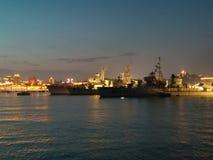 Terço do cenário da noite do museu da marinha de Qingdao fotografia de stock