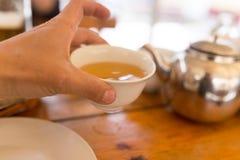 Ter beschikking drinkend thee in een koffie royalty-vrije stock foto's