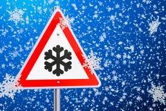 Ter cuidado com o gelo ou neve, sinal de estrada rendição 3d Fotografia de Stock Royalty Free
