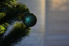 Teraźniejszość i świętowanie szczęśliwego nowego roku, bauble błękitny bożych narodzeń składu szkło Ranek przed Xmas odznaczony ś zdjęcia royalty free