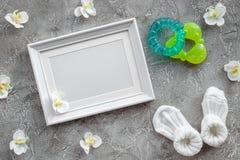 Teraźniejszość ustawiać dla dziecko prysznic z orchidei i ramy szarość drylują tło odgórnego widoku mockup Zdjęcie Royalty Free