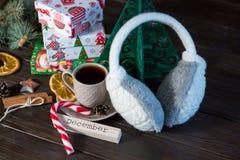 teraźniejszość w białym, zielonym papierze na drewnianym tle dla i zakupy, pojęcie, nowego roku i bożych narodzeń fotografia stock