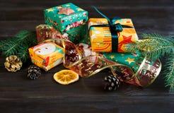 Teraźniejszość w pomarańczowym, zielonym papierze na drewnianym tle dla i zakupy, pojęcie, nowego roku i bożych narodzeń fotografia stock