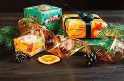 Teraźniejszość w pomarańczowym, zielonym papierze na drewnianym tle dla i zakupy, pojęcie, nowego roku i bożych narodzeń zdjęcie royalty free