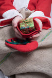 Teraźniejszość w Santa rękach Zdjęcia Stock
