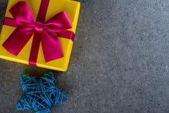 Teraźniejszy pudełko na ciemnym tle, kartka z pozdrowieniami wakacji pojęcie Bożych Narodzeń, mas i nowego roku 2018 pojęcie, Obrazy Stock